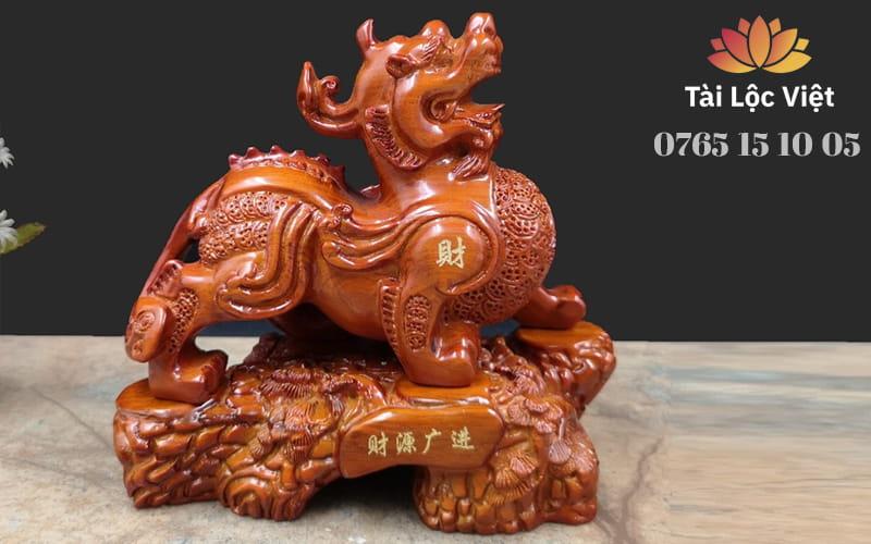 Tượng Tỳ Hưu Phong Thủy bằng Gỗ Đàn Hương Cao Cấp Có Đế